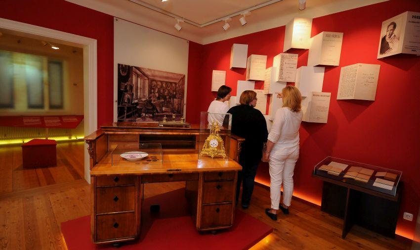 Besucher in der Dauerausstellung des Museums.